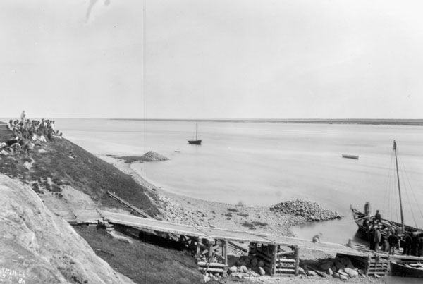Loading ramp. Hayes River at York Factory, 1880, Geological Survey of Canada. MIKAN 3304226: Image 1