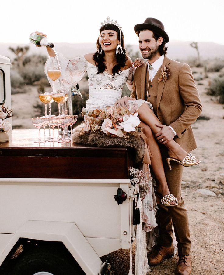 Wilde, die Inspiration Wedding sind. Brautkleid in der Rue de Seine. Getrocknete Palmenflora …   – Wedding Portraits