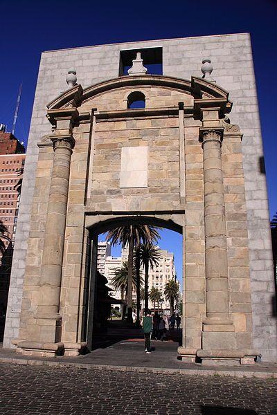 Puerta de la Ciudadela de Montevideo, aquí terminaba el Ejido y se entraba a la ciudad. Hoy: Ciudad Vieja