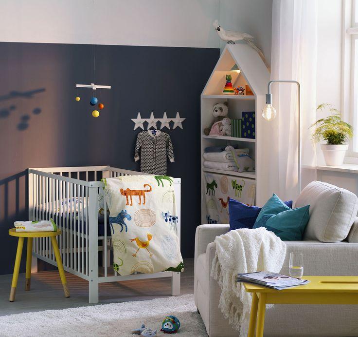 Mysigt babyrum med enkel möblering för föräldrar som nattar och läser saga! Barnsäng med FABLER påslakanset i 100% ekologisk bomull.