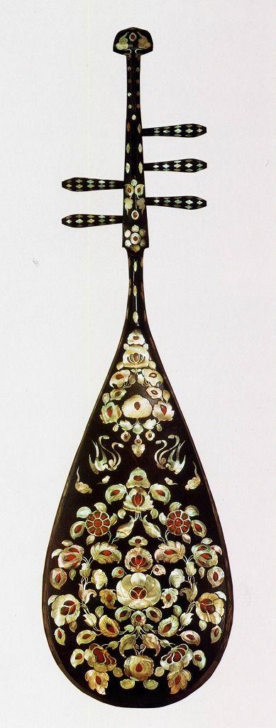 [F]正倉院に収蔵されている螺鈿紫檀五絃琵琶。ラクダが描かれている表部分はよく教科書などにも乗っているが、この裏面はあまり見たことがなかった。古代インドの漆工芸の最高傑作である