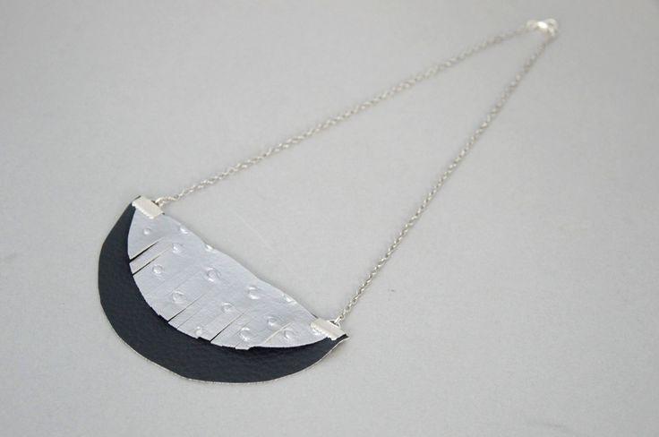 Collier demi-lune gris imitation cuir : Collier par lescreationsdetagadaune chaîne argentée brillante et de deux demi-sphères en simili cuir gris argenté et gris anthracite. La partie argentée est découpée en frange