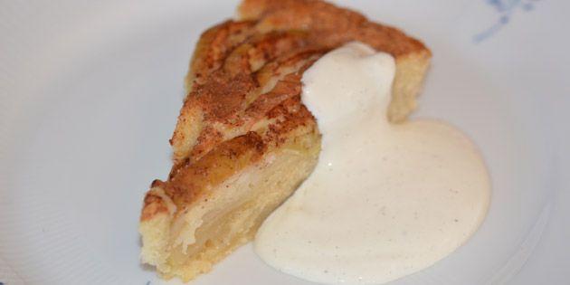 Nem og dejlig æblekage med kanel, der kan bages i løbet af ingen tid. Den kan både serveres kold og varm, og evt. med en klat creme fraiche eller flødeskum til.