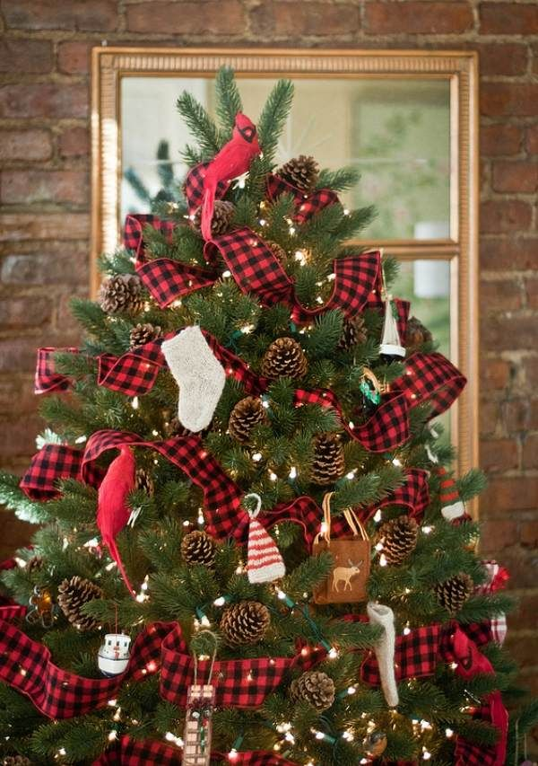 sapin-Noël-guirlandes-lumineuses-rubans-vichy-cônes