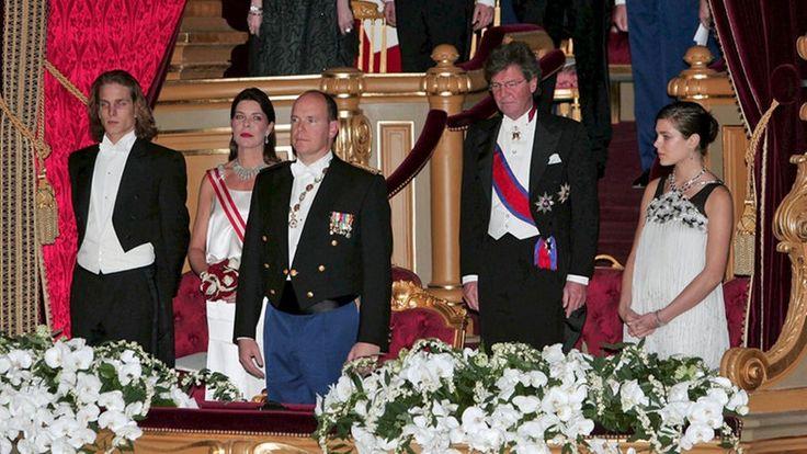 Die monegassische Fürstenfamilie (Andrea Casiraghi, Caroline, Albert, Ernst August, Charlotte Casiraghi) bei der Amtseinsetzung von Prinz Albert als neuer Fürst von Monaco. © dpa Fotograf: EPA/NIVIERE/VILLARD