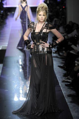 Vestido negro que proyecta elegancia junto a la sensualidad de la transparencia, ideal para la noche.