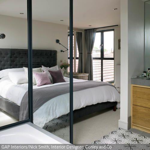 New Mit einem Bad en suite einem an das Schlafzimmer angrenzenden Badezimmer spart man Platz
