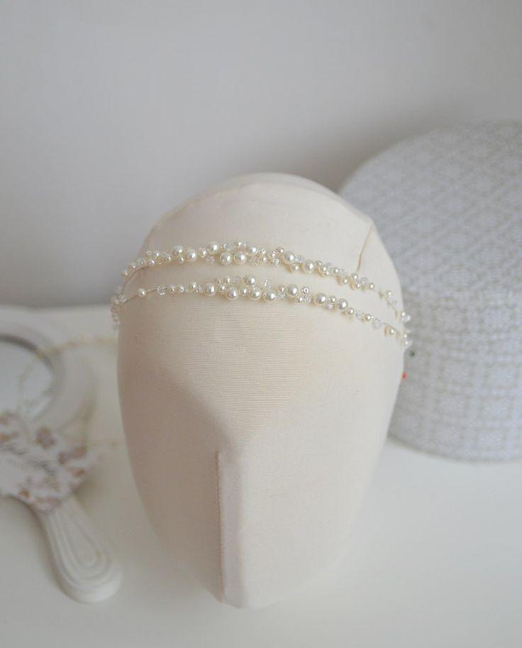 Szukasz delikatnej i romantyczne ozdoby ślubnej do włosów? To może być strzał w dziesiątkę :) dwa rzędy delikatnej opaski z perełek dopełnią Twoją ślubną stylizację!  Ozdoba do kupienia w sklepie internetowym Madame Allure.