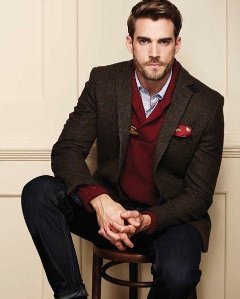 Comprar ropa de este look:  https://lookastic.es/moda-hombre/looks/blazer-jersey-con-cuello-chal-camisa-de-manga-larga-vaqueros-panuelo-de-bolsillo/4602  — Camisa de Manga Larga Celeste  — Pañuelo de Bolsillo Estampado Rojo  — Jersey con Cuello Chal Burdeos  — Blazer de Lana Marrón Oscuro  — Vaqueros Negros
