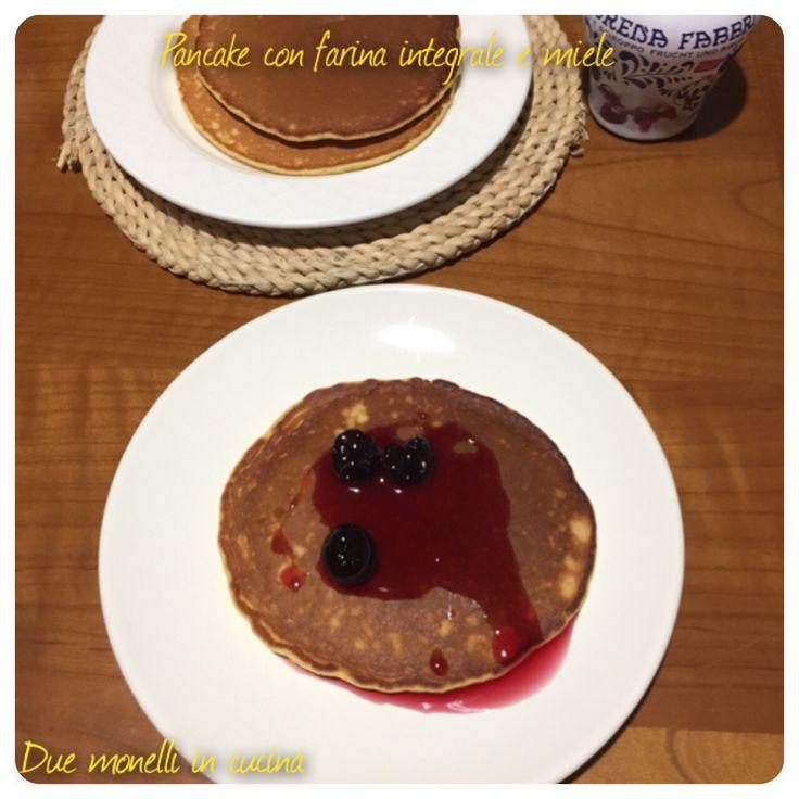 Le pancake con farina integrale e miele, senza zucchero sono un pitto semplice e veloce perfetto per la prima colazione, più leggere rispetto alla versione classica.