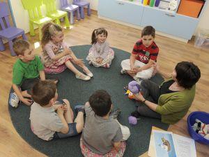 Dzieci na zajęciach w szkole Helen Doron