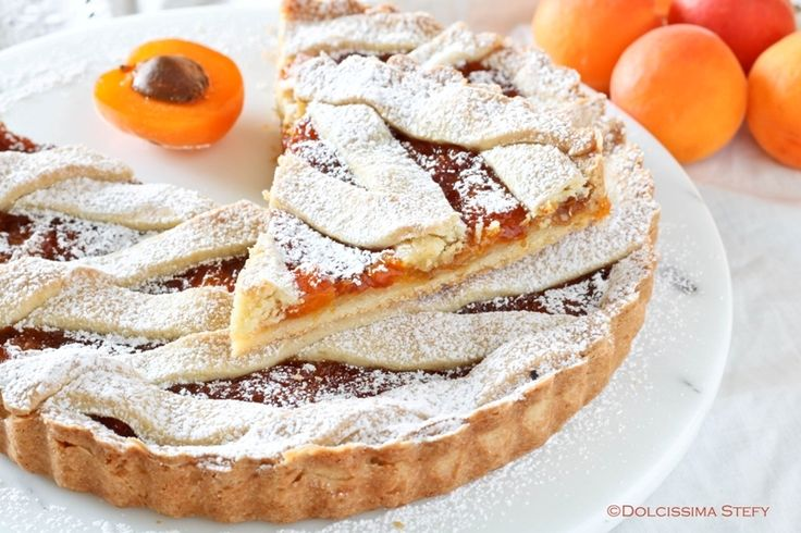 Cosa c'è di più meglio di una bella Crostata alle Albicocche e Mandorle per colazione? Delicata, morbida, golosissima e facile da fare.