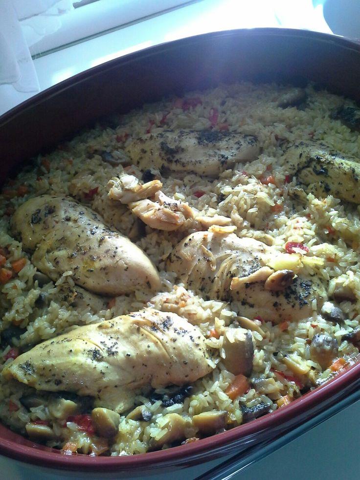 Στηθος κοτόπουλου με καστανο ρυζι, μανιτάρια, καρότα, πιπεριες πρασινη και κοκκινη Φλωρινης, ξυσμα και χυμό ενός λεμονιού, αλάτι, πιπερι, κουρκουμά και τζίντζερ, ριγανη και θυμαρι, ελαιόλαδο.