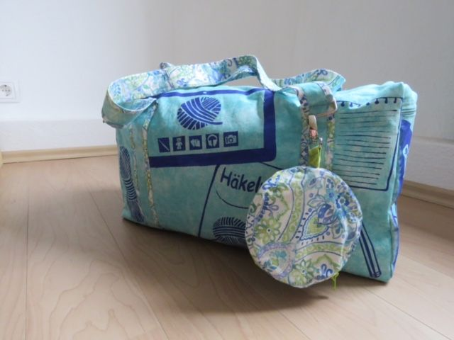 """Die #machdeinding2016-Tasche von Kerstin Elsner: """"Diese Tasche verbindet zwei meiner großen Leidenschaften Taschen nähen und Häkeln.  Hier passt alles rein. Reichlich Wolle, Häkelnadeln, Tablet, viele Ideen und allerlei Kleinkram. Und damit man schon von Außen sieht, was drin ist, habe ich mit Schablonen alles Wichtige verewigt. Innen befinden sich nützliche Einteilungen, damit nichts durcheinander gerät."""""""