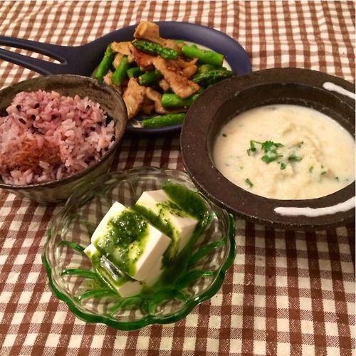 3月7日 曇 にわか雪 8:00 りんごスープ、果実酢お湯割り、焼き芋はんぶん 13:30 かき揚げ讃岐うどん、 温玉、おぼろ昆布トッピング 17:00 ミニエダムチーズケーキ いちご グリッシーニ コーヒー 19:00 アスパラと豚肉の炒め物、カリフラワースープ、冷奴バジルPのせ、押麦と紫米入りごはん memo 病院のかえりは必ず駅でうどん。 ひとつの楽しみです。今年初アスパラ、もう甘い。食感最高(*^^*)。きのうのかぶのスープ応用でカリフラワースープつくった。これはもしやかぶより美味しいかも。リピると思う。レシピ←click 今日はどれも美味しくつくれた。 満足。 明日は青菜をいっぱい食べよう。