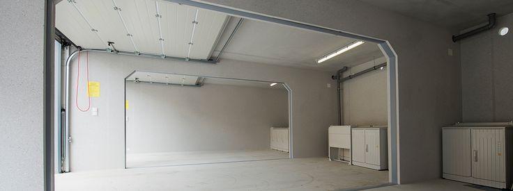 ADM-Garagen.de - Reihengaragenanlage Typ GM70/295, Putz: fenstergrau, Attika: fenstergrau, Sektionaltor Hörmann LPU 40, M-Sicke, woodgrain-Oberfläche basaltgrau, Elektropakete, Seitenwandöffnungen