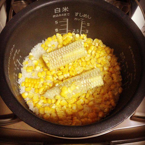 とうもろこしの炊き込み御飯    米一合を洗って通常通り水をいれ、塩小さじ1〜2(お好みで)、削いだ生のトウモロコシの身と芯(1本分)をのせて普通に炊く。炊き上がったらバターひとかけをよく混ぜて完成。黒胡椒かけると最強。 pic.twitter.com/AjVNQvEQBE
