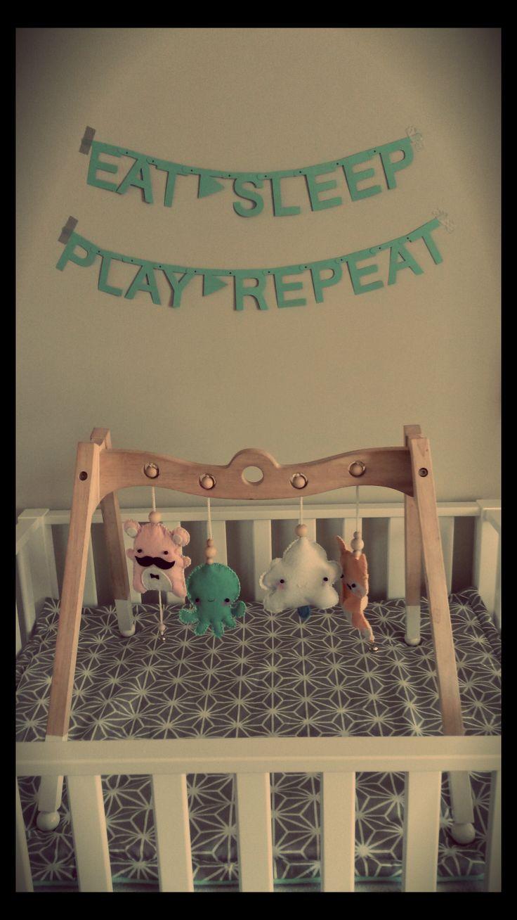 Slinger 'Eat Sleep Play Repeat', saaie houten babygym opgeknapt en zelf speeltjes gemaakt van vilt + boxkleed! (2014)