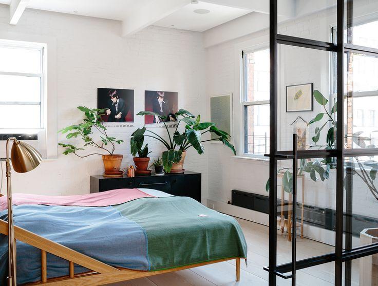 O designer dinamarquês Søren Rose mudou-se para Nova York, de um apartamento de 500 metros quadrados em Copenhague para um loft de 130. Para dar impressão de um local mais amplo, ele decidiu integrar todos os cômodos, inclusive o quarto à sala de jantar.