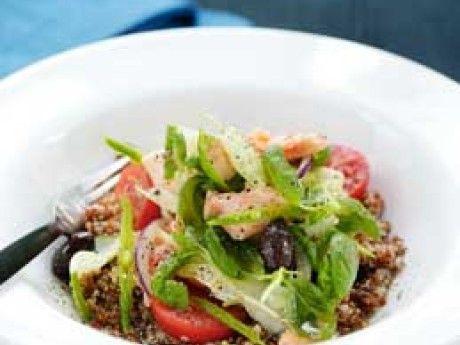 Saftig quinoasallad med grönsaker och lax