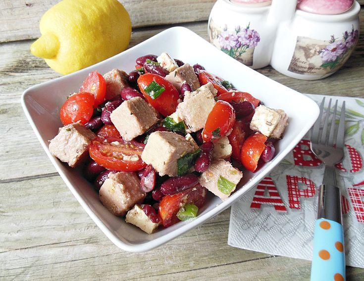 Reteta culinara Salata cu ton si fasole boabe rosie din categoria Salate. Specific Romania. Cum sa faci Salata cu ton si fasole boabe rosie