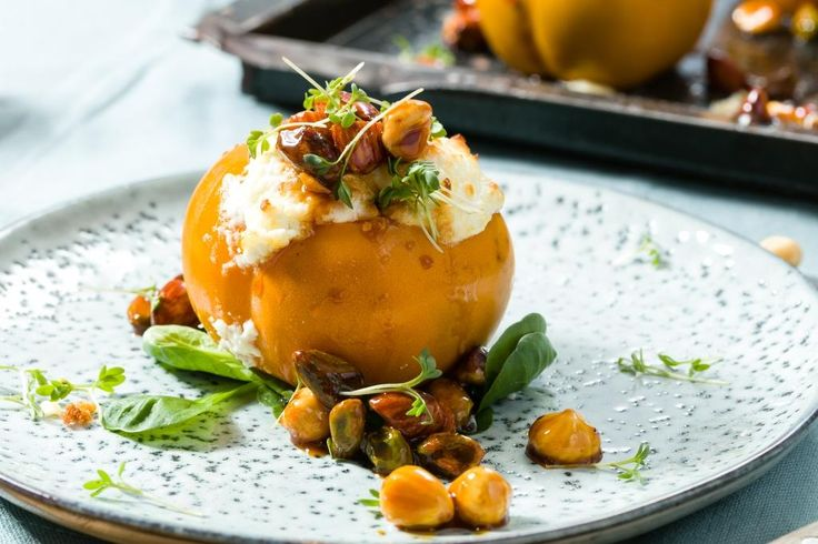 Top off your sharonfruit with melted goat cheese and caramelised nuts. Isn't that a treat? #sharonfruit #sharonfrucht #vorspeise #entree #snack #goatcheese