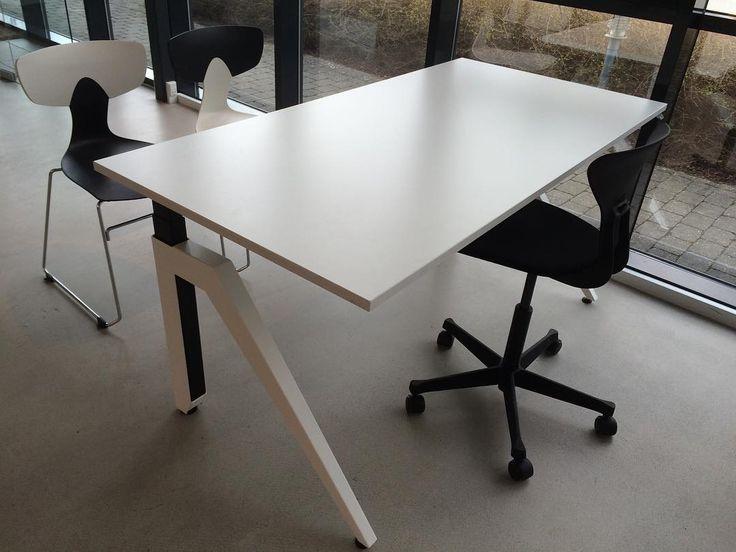 #cabale höj- och sänkbart #skrivbord med Ray och Shark #kontorsstolar #danskdesign #kontorsinredning #kontorsmöbler hos #danishform