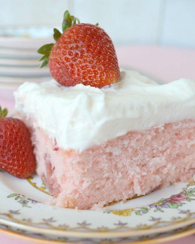 Κέικ φράουλας με άσπρο γλάσο από τυρί κρέμα και φράουλες!