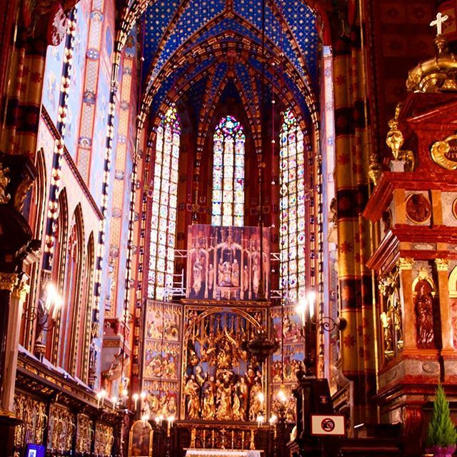 Unbelivable pretty... can really all that glitters be gold? And that roof. A big WOW. This gothic church is well worth a visit  #travel #weekendgetaway #wanderlust #church #krakow #poland #@visitpoland @krakowplaces #getaway #instago #NordicTB #nordicblog