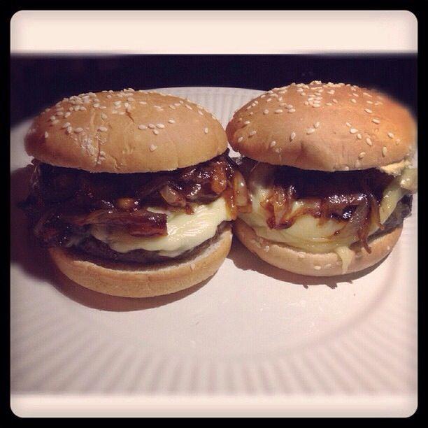 Hamburguesas con queso , champiñones, cebolla caramelizada con whisky,piña y salsa BBQ