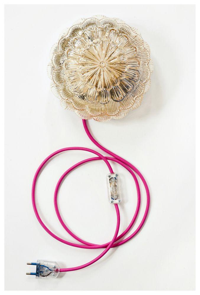 L'applique fleur de Vanity Boum! en version small : - Little Pink ! est toujours disponible avec son fil rose blushy tellement féminin !Pièce unique, entièrement nettoyée et remontée à la main. Applique globe en verre ambrée forme « fleur » / Fil électrique coton vert ou rose blush/ socle métal blanc fixation à ressort avec multiples trous pour fixer au mur. Petits patins en plastiques transparents pour pouvoir être posée.Système électrique vérifié....