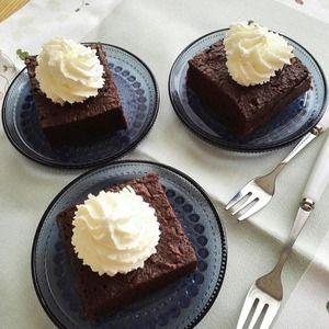 混ぜるだけのラフな「チョコレートケーキ」。誰かのためのお菓子。 by 阪下千恵さん | レシピブログ - 料理ブログのレシピ満載! こちらは先日作ったチョコレートケーキ。 ガトーショコラよりラフで、お家で手軽に作ることができます。 完璧なおいしさ!というのではないけれど、確実に外で買ってきたお菓子(おいしいケーキ屋さんは別)よりは...