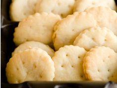 Hoy vamos a preparar una receta muy práctica, se trata de unas galletas saladas muy versátiles. Espe...