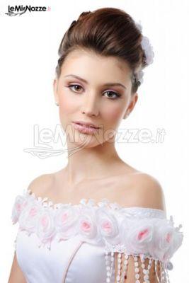 Acconciatura sposa con capelli raccolti. Scopri qui tantissime acconciature sposa ed ispirati http://www.lemienozze.it/gallerie/foto-trucco-sposa/img21206.html