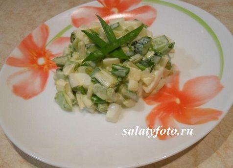 Весенний салат с черемшой, яйцами и сметаной, рецепт с фото