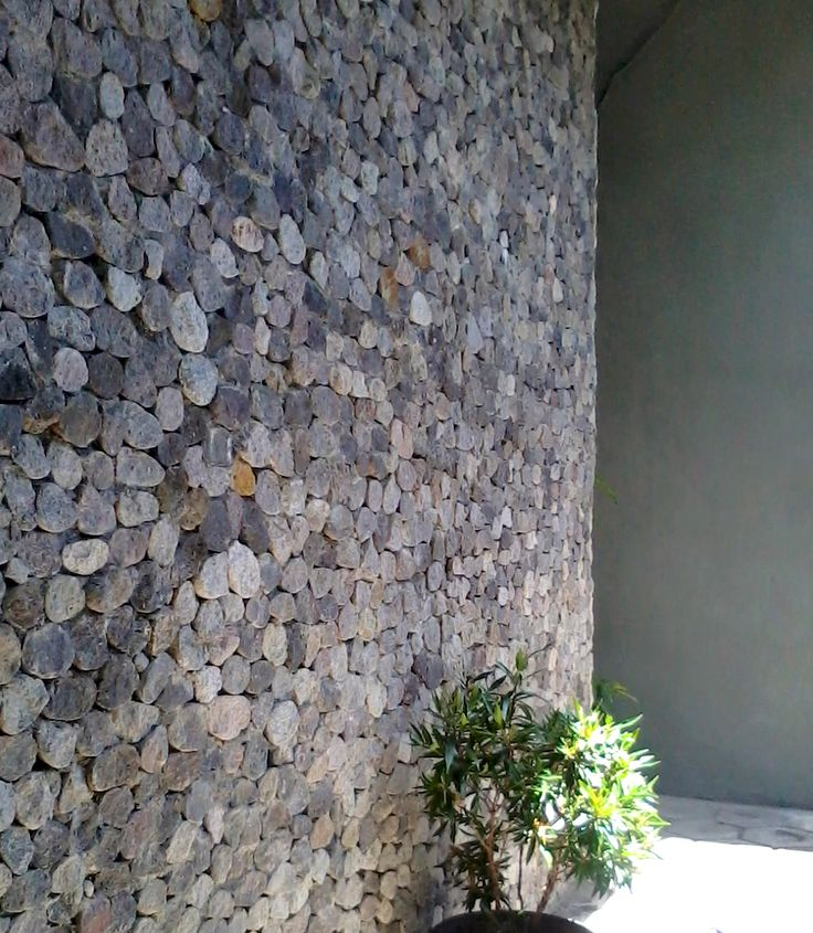 Pasangan batu pecah untuk proyek rumah di Malang, Jatim. Batu bundar 40mm, diambil dari Kali Brantas (8km dari proyek) dan dipecah oleh pengrajin pot tanaman sekitar, dipasang oleh tukang batu menggunakan spesi semen.