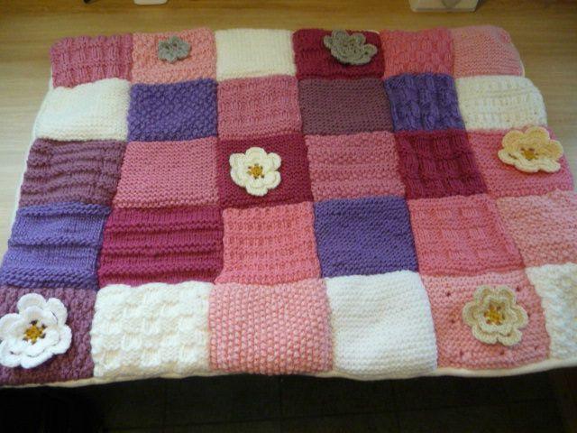 Couverture au tricot .. avec de petites fleurs au crochet