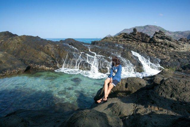 Keunikan Pantai Wediombo adalah karena di sini terdapat laguna alami di bagian selatan pantai. Untuk mengasesnya kamu harus menyusuri pantai ke arah selatan. (Benedictus Oktaviantoro/Maioloo.com)