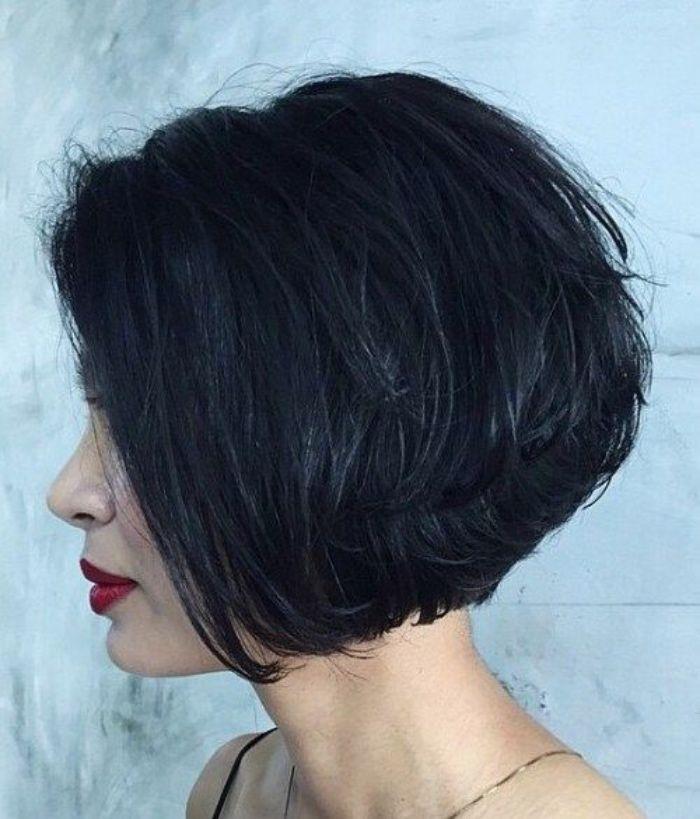 modèle de carré plongeant court volumineux, cheveux plus longs de des deux côtés du visage