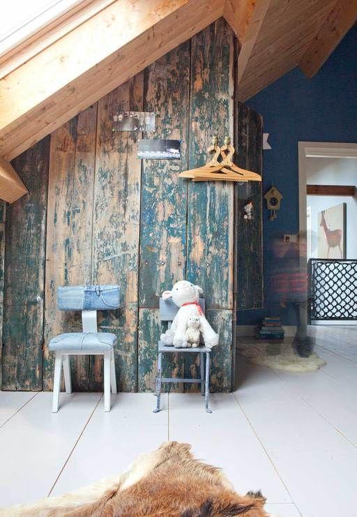 Mooie wand, zelfgemaakt van oude, houtenluiken.