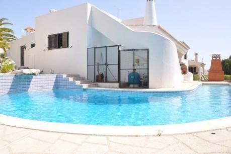 Villa Manoel  In dit exclusief residentieel woongebied genaamd 'The Old Village' is deze 3 slaapkamer Villa met prive zwembad een uitstekende keuze voor een ontspannende vakantie. Het strand en de Marina alsmede het uitgaans centrum van Vilamoura liggen op slechts 1.5 km afstand van Uw vakantie woning. In de omgeving vindt U ook vele mooie golfbanen. De Villa (bungalow) heeft 3 slaapkamers 1 met en-suite badkamer en een gasten badkamer. Het heeft een ruime lichte woonkamer met privé-bar en…