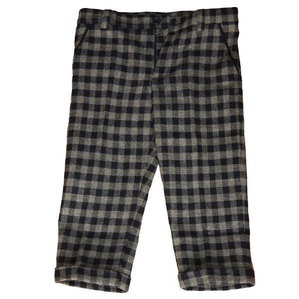 Aceasta pereche de pantaloni in carouri ofera un aer retro. In plus este calduroasa si potrivita pentru iarna. O alternativa buna la blugi, acesti pantaloni ar putea schimba aspectul unei garderobe cu totul. Vei descoperi noi posibilitati de a crea o tinuta, numai pornind de la un articol atat de intersant. Material: 70% lana naturala, 30% nailon