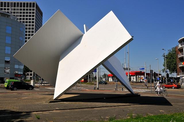 'Marconi Waltz (homage to Oud and van Doesburg)' (1983) van de Nederlandse kunstenaar Lucien den Arend (Dordrecht 1943). J.P. Oud en Theo van Doesburg waren architecten die zich nadrukkelijk met het nabijgelegen Spangen hebben beziggehouden. Bij de Discover the best #Art installations in Manhattan on https://www.artexperiencenyc.com