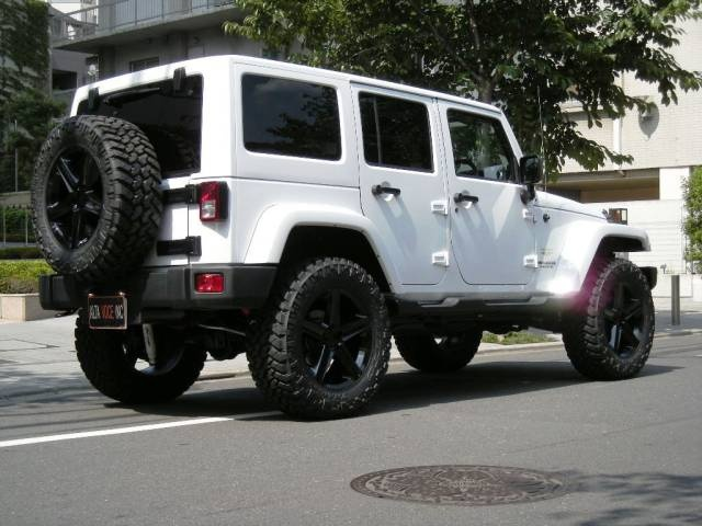 white jeep + black rims = too cool!
