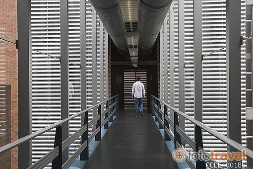 El Centro Cultural Biblioteca Luis Echavarría Villegas con más de 55.000 títulos de revistas en diferentes áreas del conocimiento y más de 140 portátiles que poseen la infraestructura tecnológica necesaria para que nuestros usuarios consulten el material electrónico.