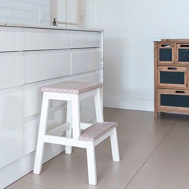 Fotografia Once Upon a TrashNa transformação de móveis é raro cruzarmo-nos com dois móveis iguais. Cada peça que nos aparece na oficina é diferente da an