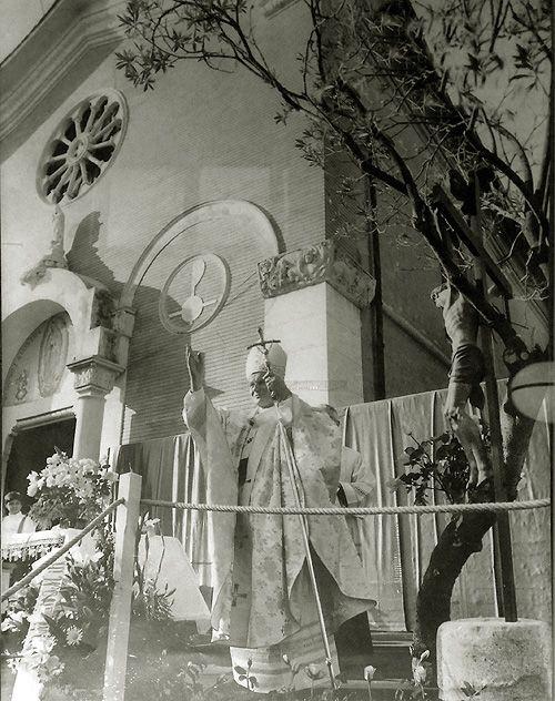 Papa Juan Pablo II, en la Parroquia. Imagen exhibida en el mismo templo. Corresponde a la visita del pontífice del 24 de abril de 1983.  ...