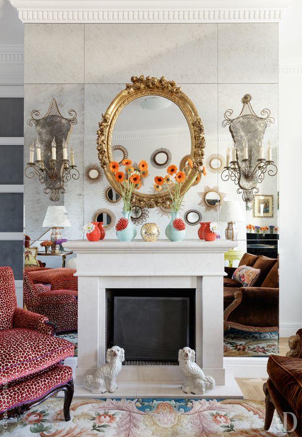Зеркало на зеркале — один из любимых приемов Кирилла. Здесь для этого использовано состаренное зеркальное полотно и винтажное зеркало в золотой раме. На полу винтажный китайский ковер.