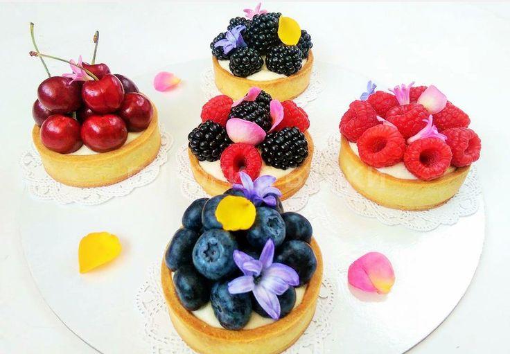 Тарты с ванильным кремом и свежими ягодами