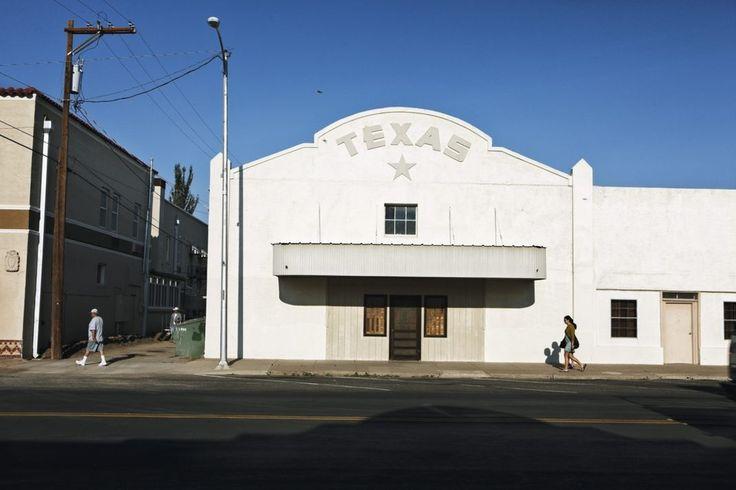 Marfa.    Ambiance de Far West sur Highland Street, la rue principale de Marfa, bourgade de 2 000 habitants au coeur du Texas.